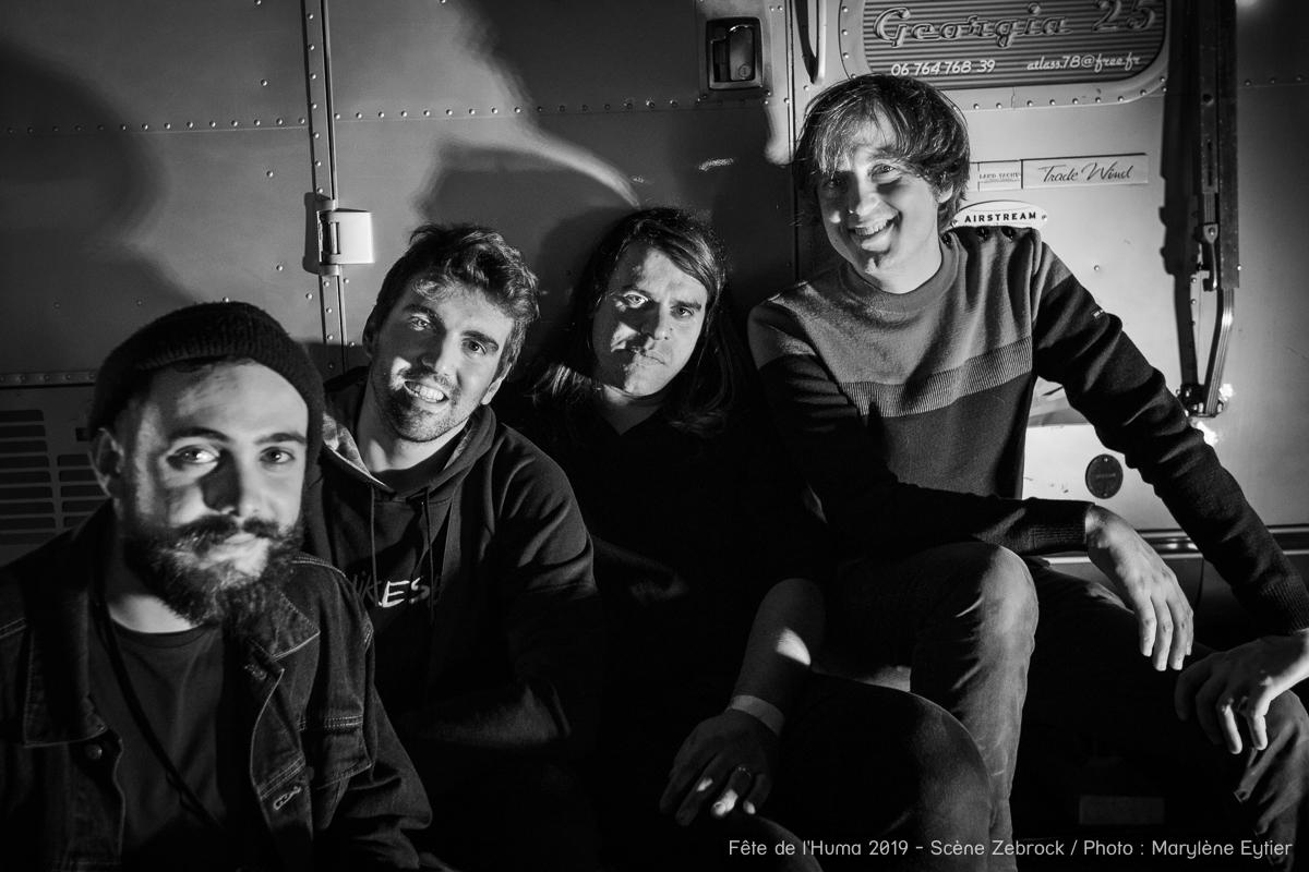 Shoefiti en backstage, Lucas Lopez (batteur), Charles Bourdon (guitare), Henri d'Armancourt (chant/guitare) et Alexis (ingénieur son).