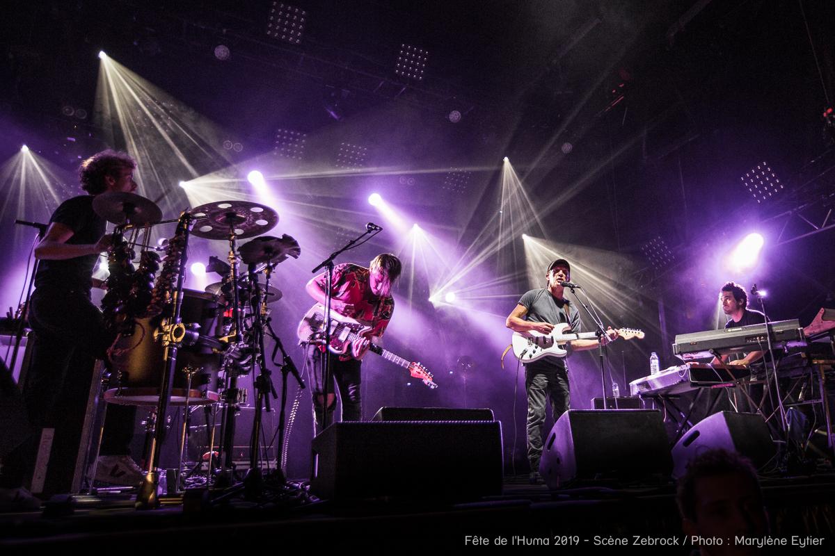 """Miossec et ses musiciens pendant la chanson """"Nous sommes""""."""
