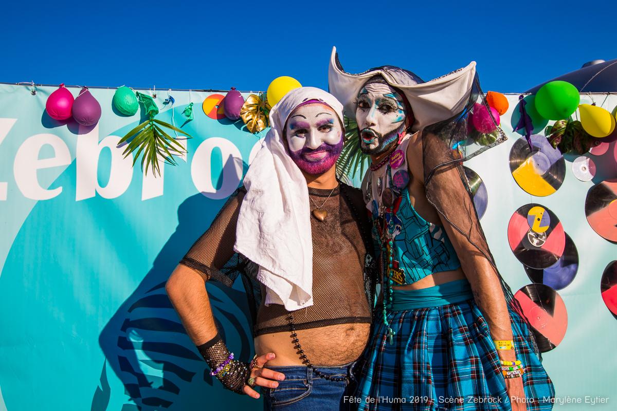 Deux Sœurs de la Perpétuelle Indulgence en backstage.