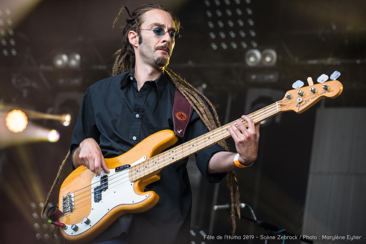 Nico, bassiste d'Angel Fall, lors de leur concert sur la Scène Zebrock de la Fête de l'Humanité.