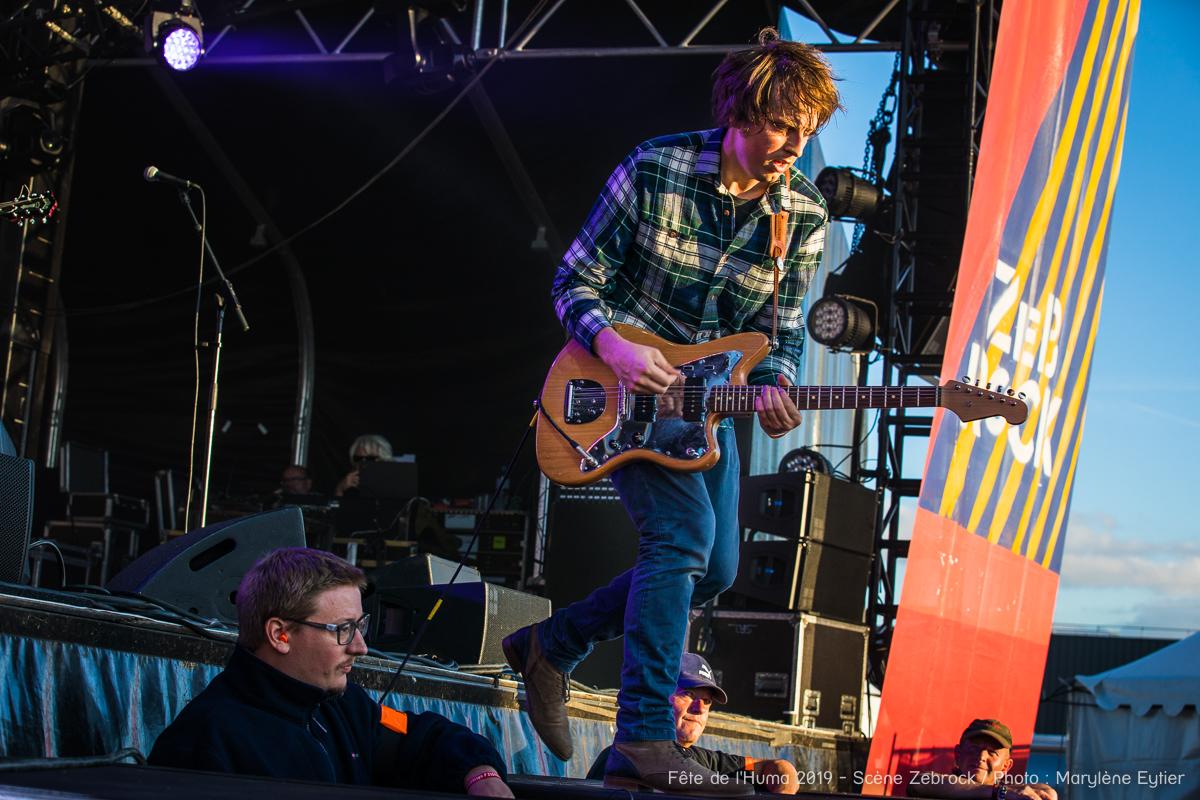 Henri, chanteur de Shoefiti, descend dans le public guitare en main.