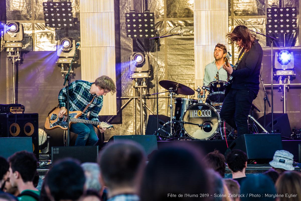 Charles Bourdon (guitare), Lucas Lopez (batterie) et Henri d'Armancourt (chant/guitare) sur la Scène Zebrock de la Fête de l'Humanité.